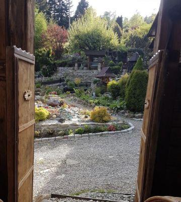 Widok na ogród z wiaty